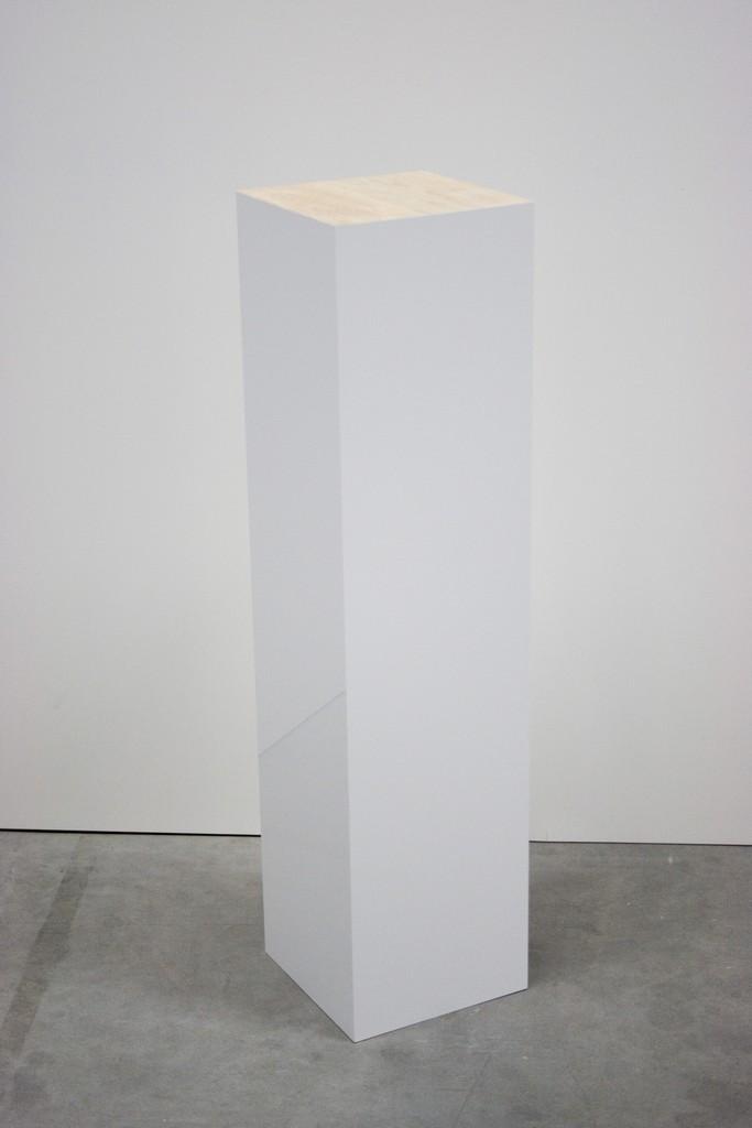High gloss plinth with an oak top